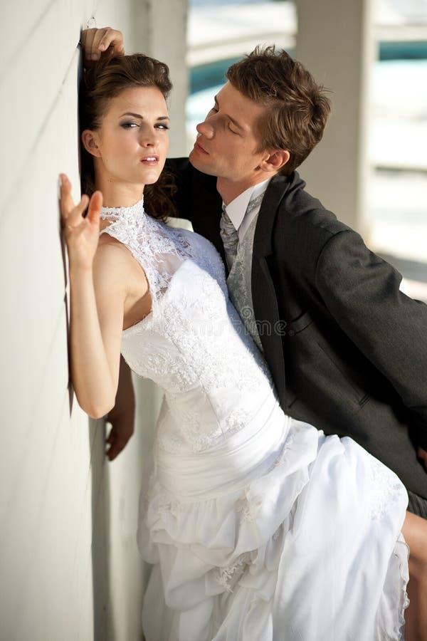 Fijne kunstfoto van een aantrekkelijk huwelijkspaar stock fotografie