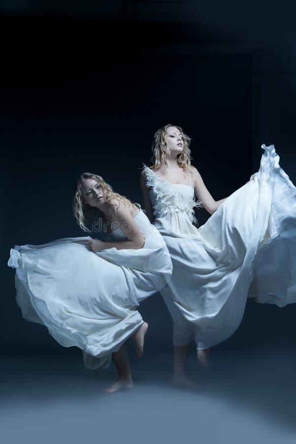 Dansend meisje in huwelijkskleding met multiexposition royalty-vrije stock afbeeldingen