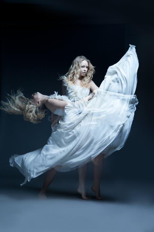 Dansend meisje in huwelijkskleding met multiexposition stock fotografie