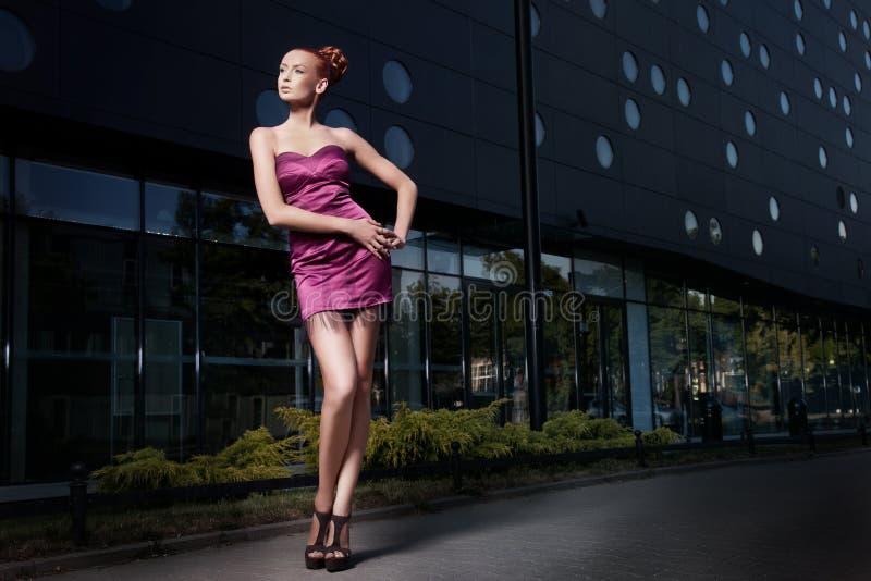 Fijne kunstfoto van een mooie vrouw voor een gebouw royalty-vrije stock afbeeldingen