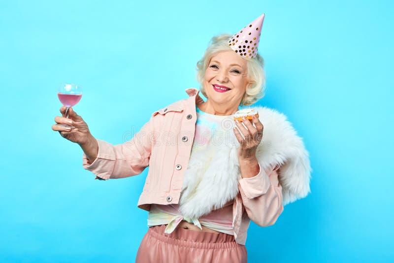Fijne leuke, grappige vrouw die plezier heeft in het feest royalty-vrije stock afbeelding