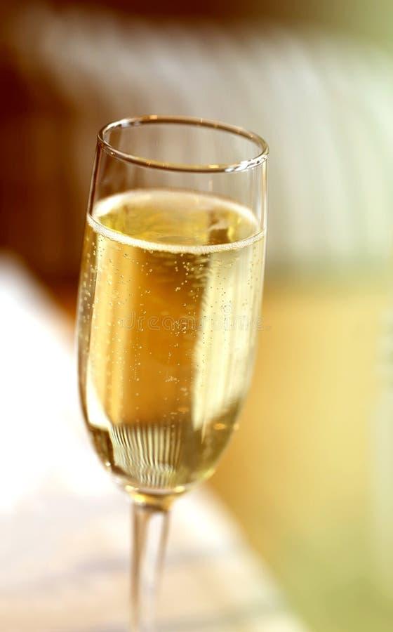 Fijne macrofoto van champagneglas in een restaurant stock afbeeldingen