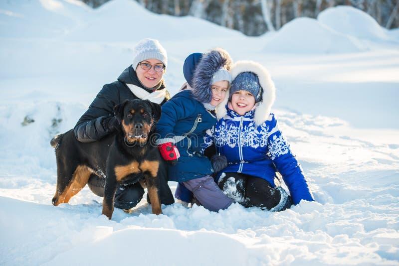 Fijne positieve moeder en twee dochters stock afbeeldingen