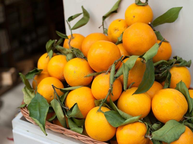 Fijne sinaasappelen in mand royalty-vrije stock afbeelding