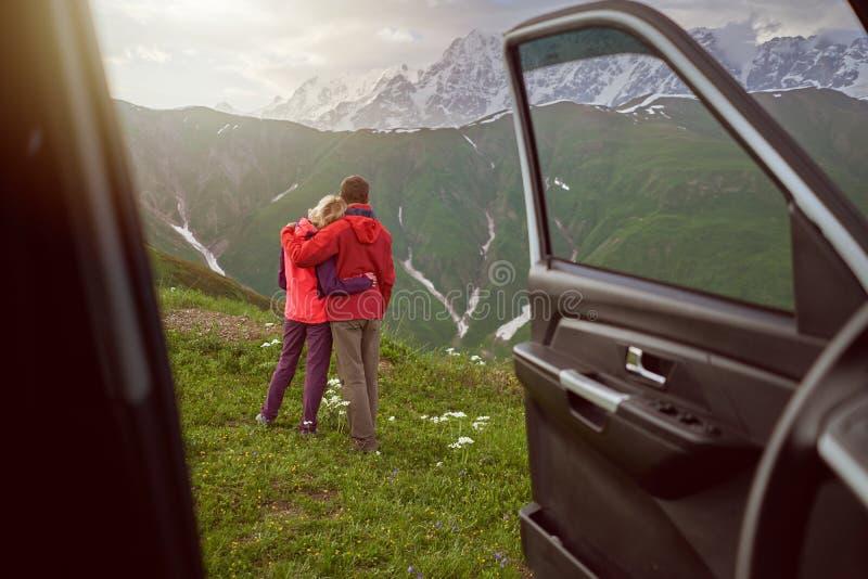 Fijne slangen op mooie natuur en bergen uit de auto royalty-vrije stock afbeelding