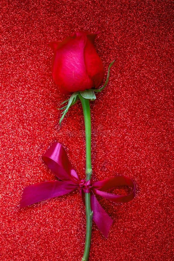Fijne Valentijnsdag groetkaart met rode roos op glittering achtergrond met copyspace Vlek royalty-vrije stock afbeelding