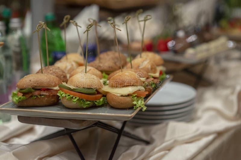 Fijne vleeswaren in een buffet worden gediend dat stock foto