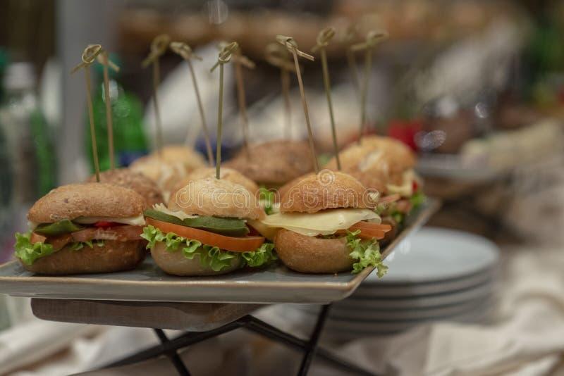 Fijne vleeswaren in een buffet worden gediend dat stock foto's