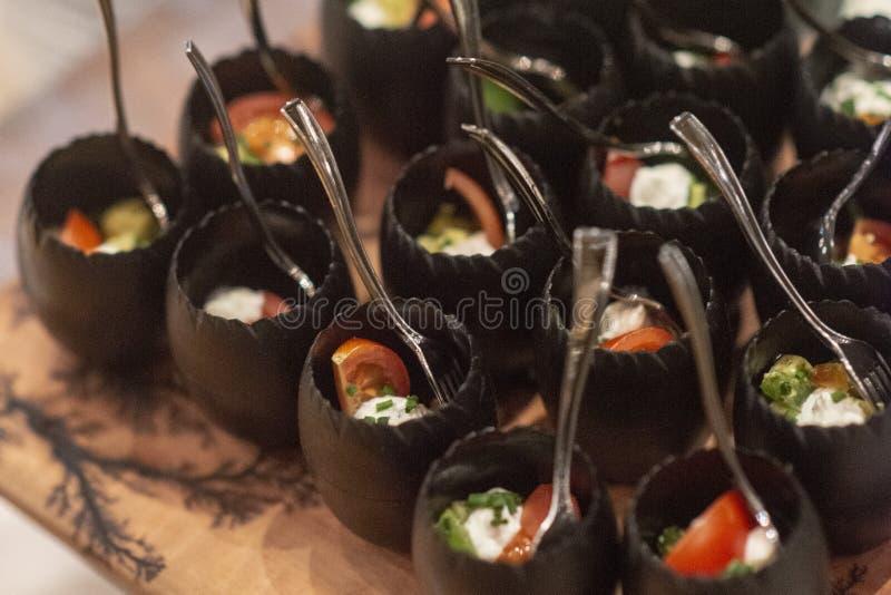 Fijne vleeswaren in een buffet worden gediend dat stock afbeeldingen