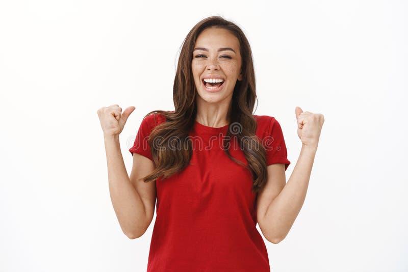 Fijne vrolijke jonge meid die veel geld wint, die het gevoel van kampioen viert, die lacht om geluk stock foto's