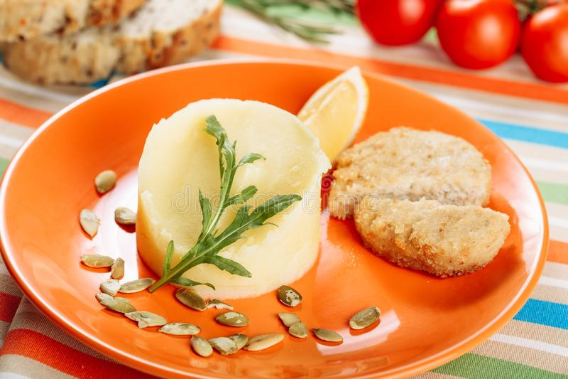 Fijngestampt Boteraardappel en Kippenkoteletclose-up stock foto's