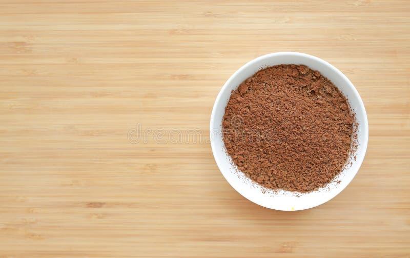 Fijngestampt kook kippenlever in witte kom op houten raadsachtergrond met exemplaarruimte De ingrediënten van het babyvoedsel stock foto