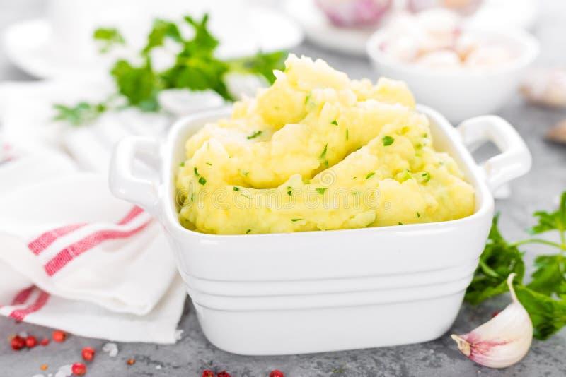Fijngestampte Aardappel Aardappelbrij met knoflook en peterselie Gekookte aardappel Aardappelpuree stock foto's