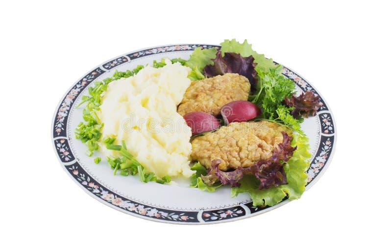 Fijngestampte aardappel met kippenkarbonades, radijs, ui en salade stock afbeeldingen
