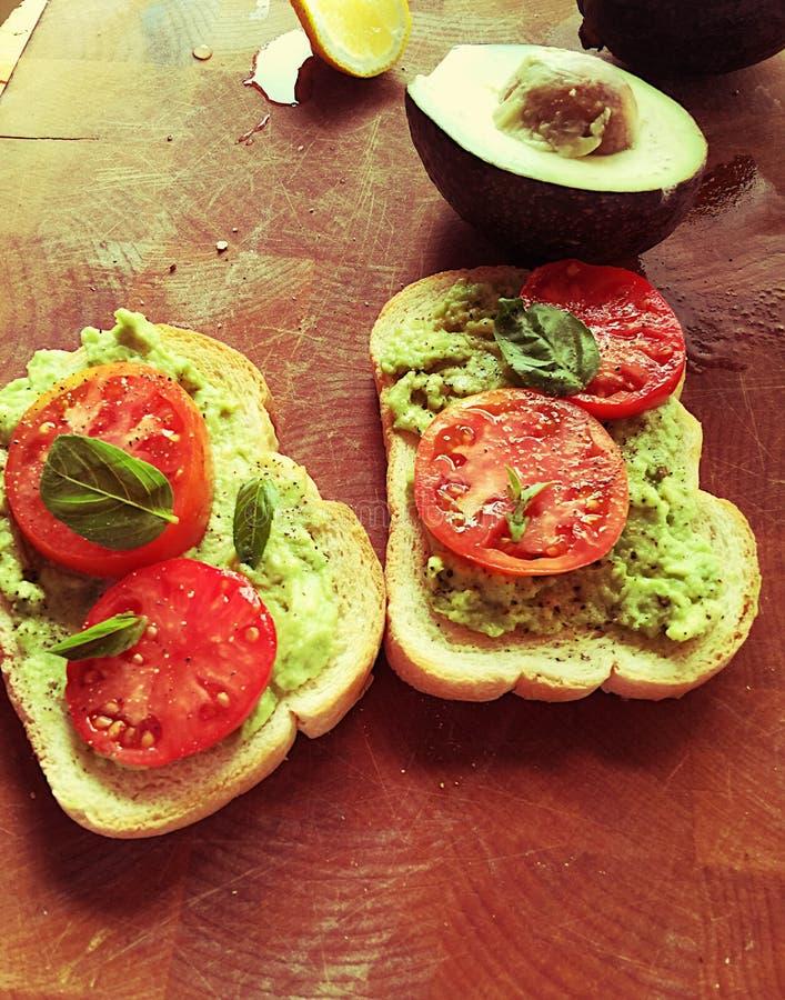Fijngestampte avocado en tomatensandwich royalty-vrije stock afbeelding