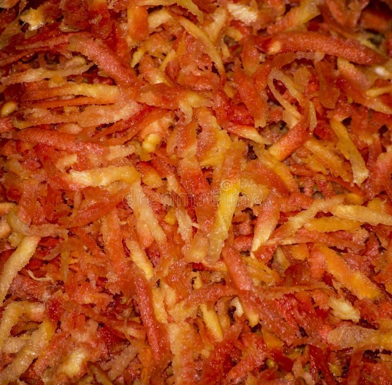 Fijngestampte wortelen klaar om worden gekookt royalty-vrije stock afbeelding