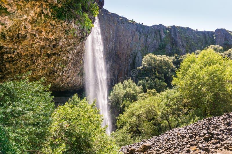 Fikcyjna siklawa opuszcza daleko nad pionowo bazalt ścianami, północy Stołowa Halna Ekologiczna rezerwa, Oroville, Kalifornia obrazy stock