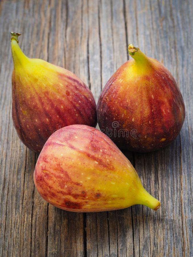 Fikonträd för ny frukt på gamla bräden fotografering för bildbyråer