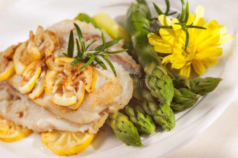Filé av den vita fisken och grönsaker royaltyfri foto