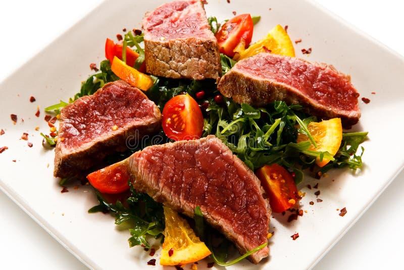 Filémignon - grillade stekar med grönsaker arkivfoton