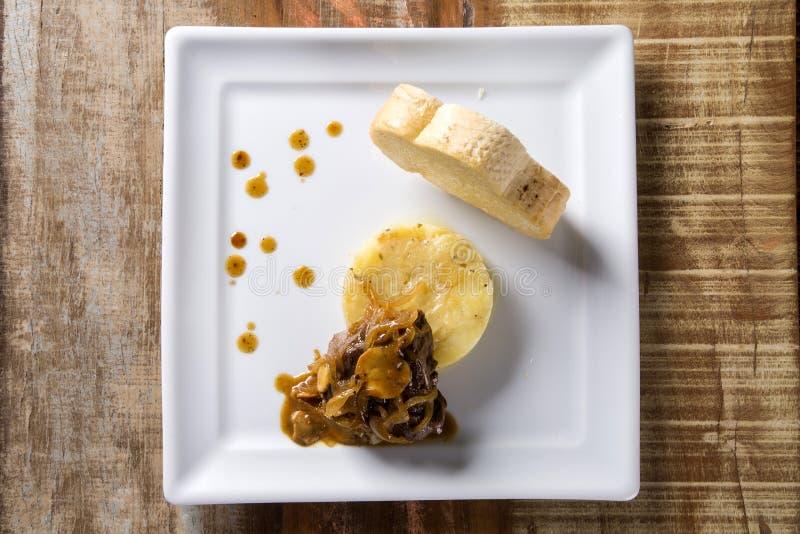 FiléMignon med sautépotatisar/biffnötkött med passionfru arkivfoton