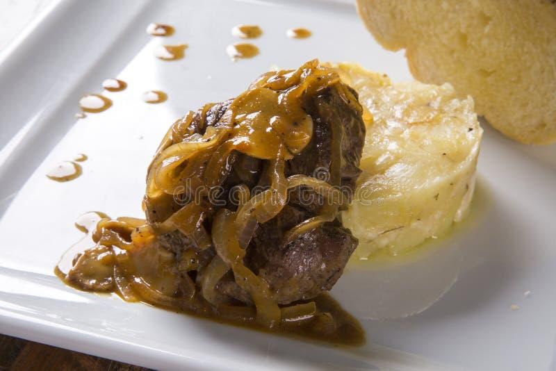 FiléMignon med sautépotatisar/biffnötkött med passionfru royaltyfri fotografi