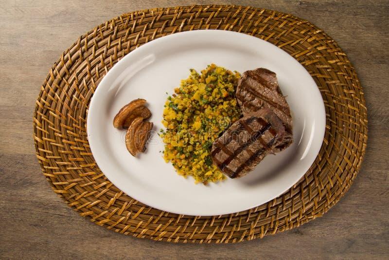 Filémignonen grillade på plattan med smulor och bacon arkivbilder
