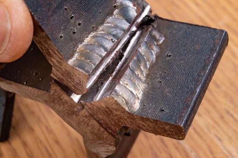 Filésvetsningen gnids med en vinkelmolar Destruktiv metod för att kontrollera stålanslutningar royaltyfria foton