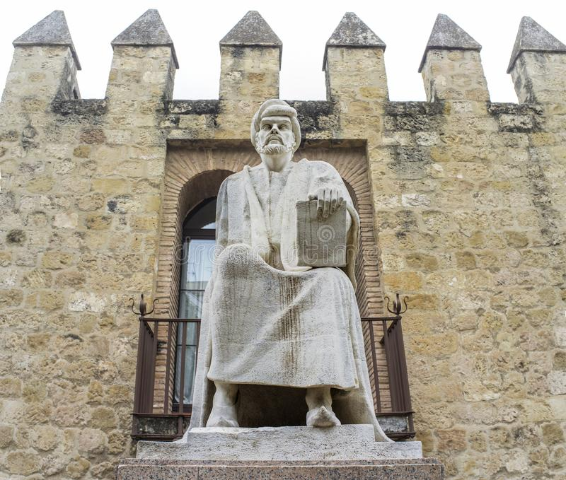 Filósofo Averroes Statue cerca de las paredes de Córdoba imágenes de archivo libres de regalías