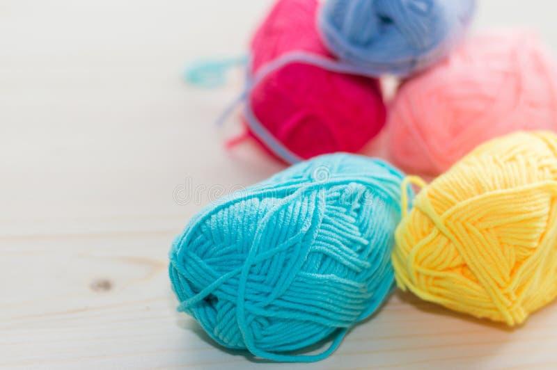 Fil à tricoter coloré image libre de droits
