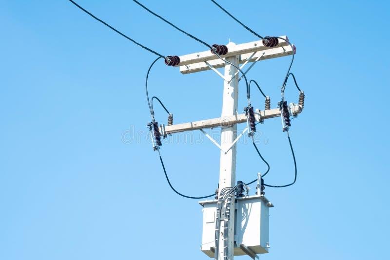 fil électrique et ciel bleu photos libres de droits