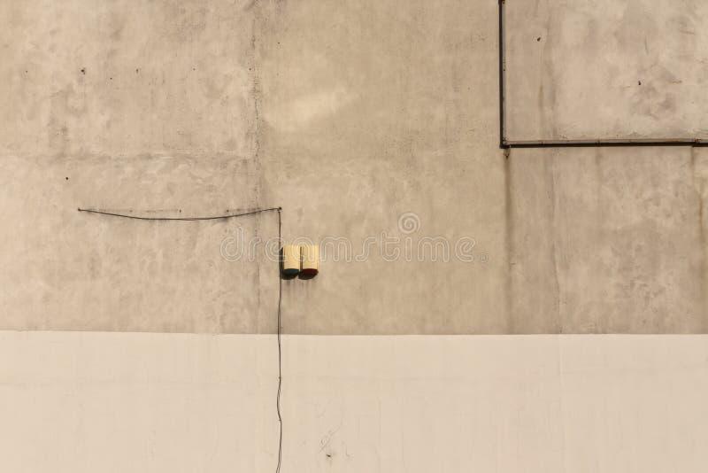 Fil électrique sur le mur de ciment image libre de droits