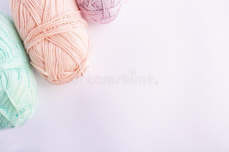 Fil coloré en pastel sur un fond blanc photographie stock libre de droits