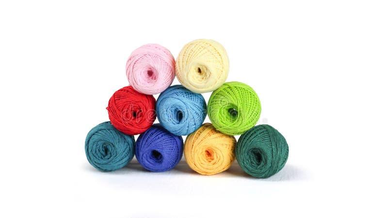 Fil coloré pour tricoter, boules des fils de coton de différentes couleurs images stock