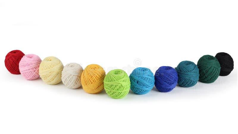 Fil coloré pour tricoter, sur le fond blanc photographie stock libre de droits