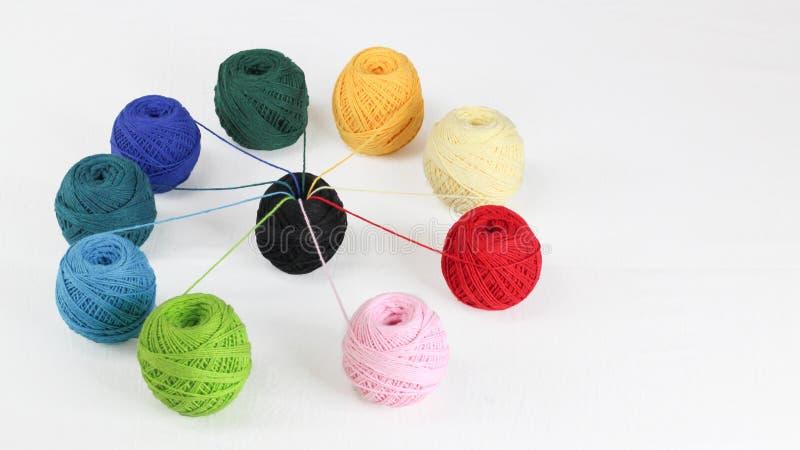 Fil color? pour tricoter, boules des fils de coton de diff?rentes couleurs photos libres de droits