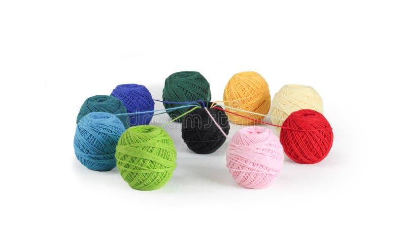 Fil color? pour tricoter, boules des fils de coton de diff?rentes couleurs photo stock