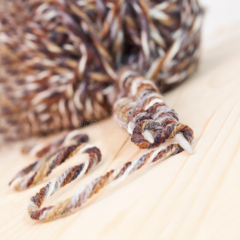 Fil de laine pour des aiguilles de tricotage photo libre de droits