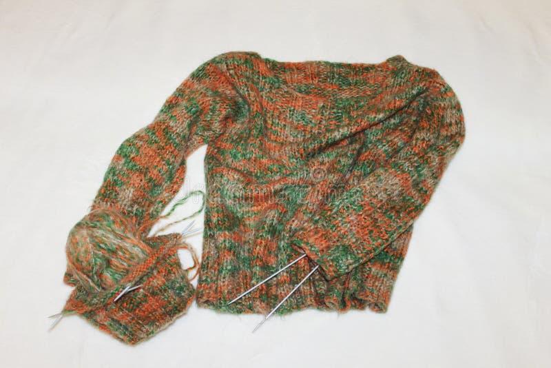 Fil de tricotage avec des aiguilles, avec un cadeau pour le temps froid image libre de droits