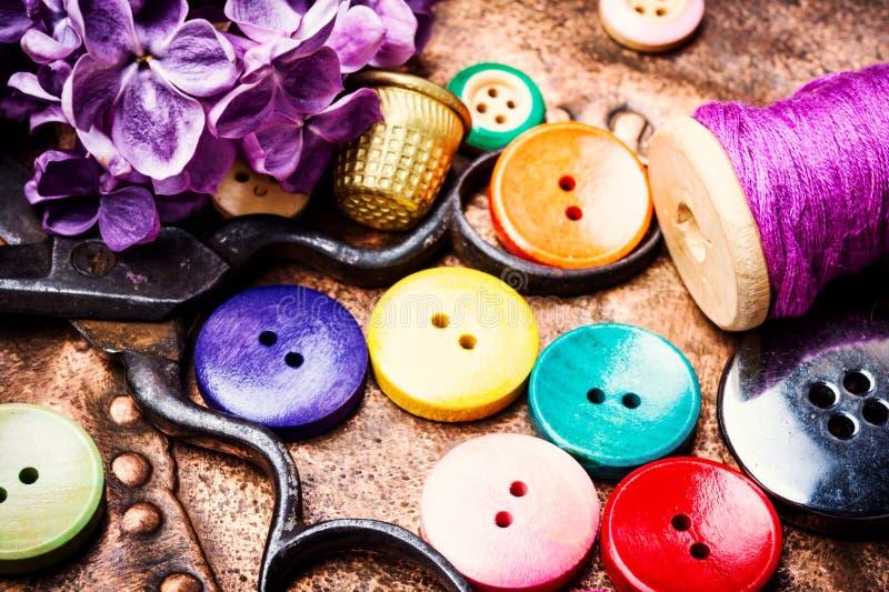 Fil et boutons de couture photos libres de droits