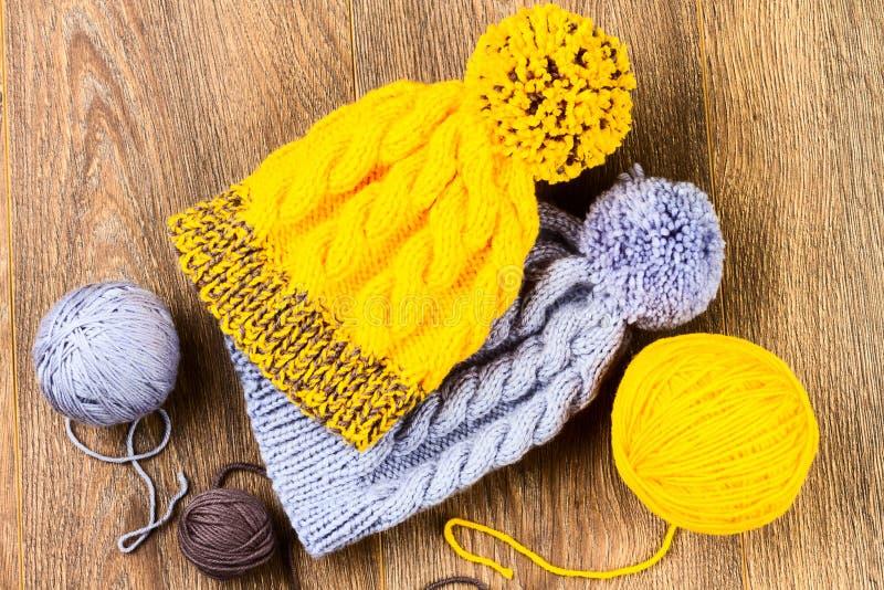Fil et chapeaux de tricotage photos libres de droits