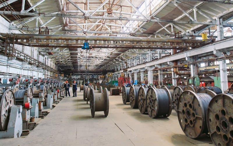 Fil machine, garnitures dans les entrepôts entrepôt industriel à l'usine métallurgique photos stock