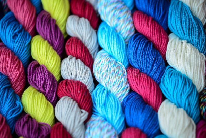 Fil multicolore utilis? pour tricoter des v?tements photographie stock