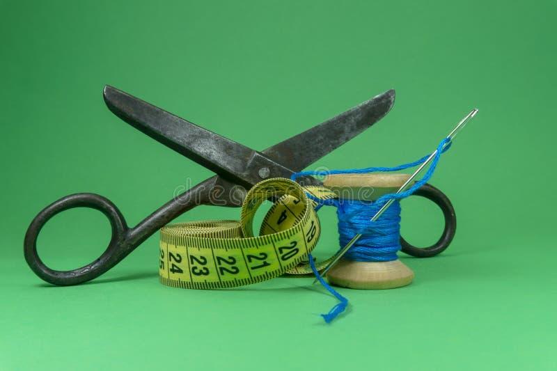 Fil, ruban métrique de ciseaux et aiguille de couture photo libre de droits