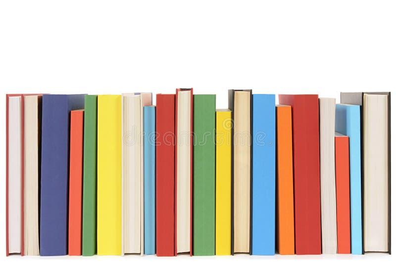 Fila aseada de los libros de bolsillo coloridos imagen de archivo