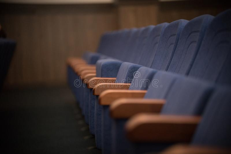 Fila azul vacía de los asientos, sillas Opinión de perspectiva imágenes de archivo libres de regalías