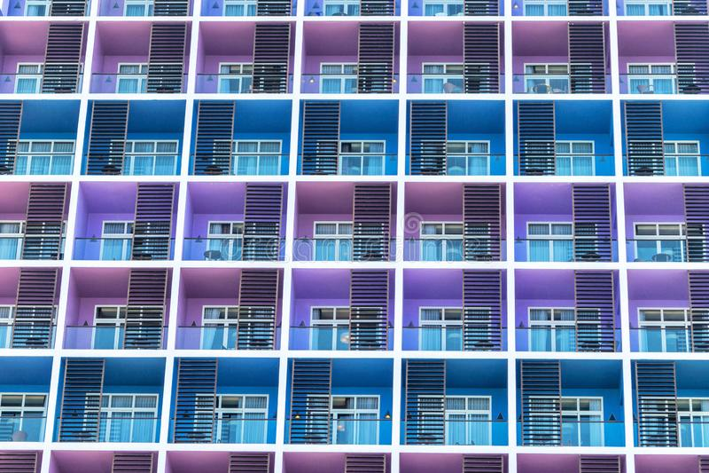 Fila colorida de balcones con las ventanas de cristal imagenes de archivo
