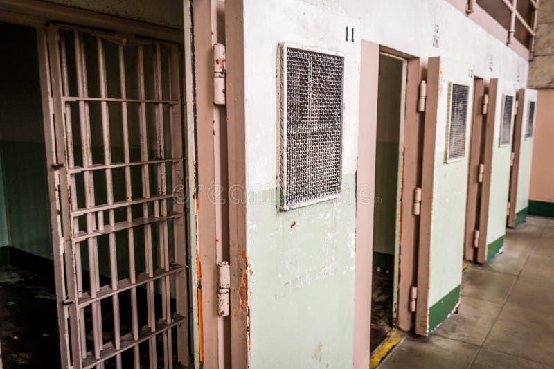Fila de Alcatraz de las celdas de prisión imagenes de archivo