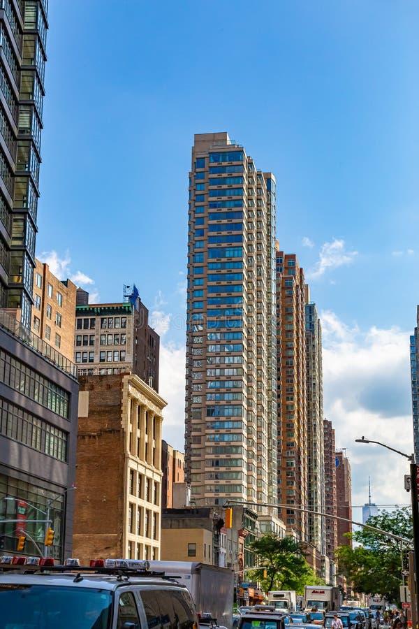 Fila de altos cristales de Skinny y altos edificios de acero en Nueva York, EE.UU. imagen de archivo
