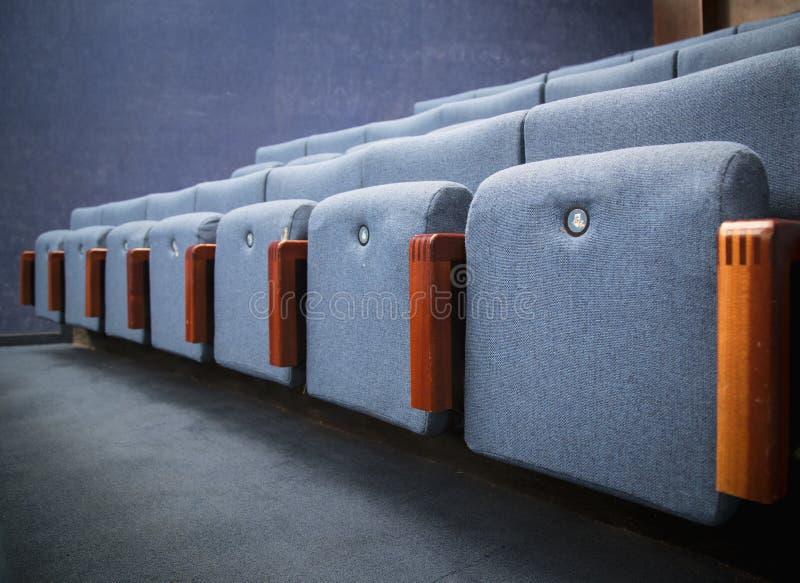 Fila de asientos azules imagen de archivo libre de regalías